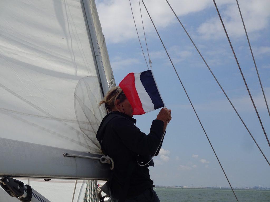 die dritte Gastlandflagge wird gehisst