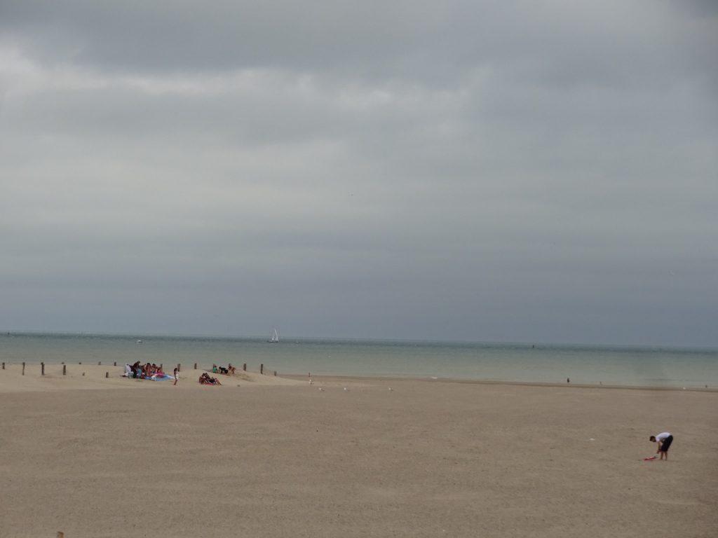 der Strand in Frankreich ist schon breiter und auch schöner als in Belgien