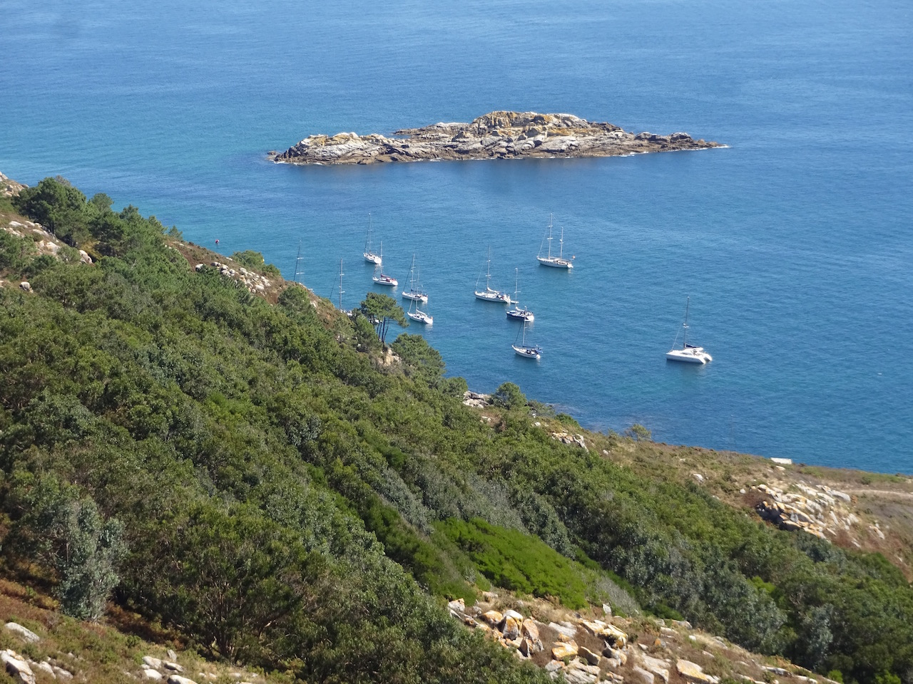 jeder Fleck im Windschatten der Inseln wird zum Ankern genutzt