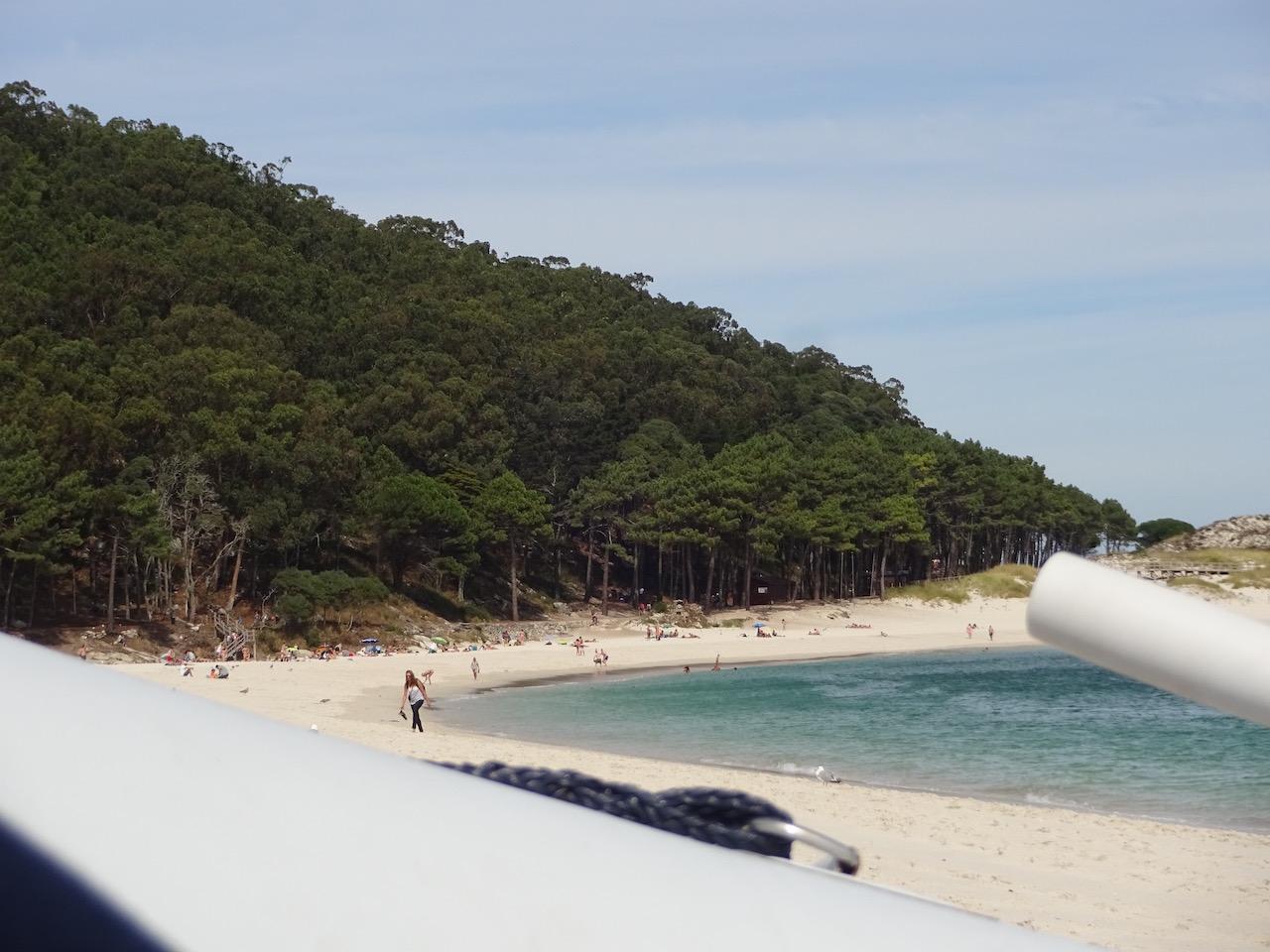 Blick in die Badebucht - am Abend verlassen die meisten Touristen die Insel mit eine der Fähren und wir Segler hatten den Strand für uns