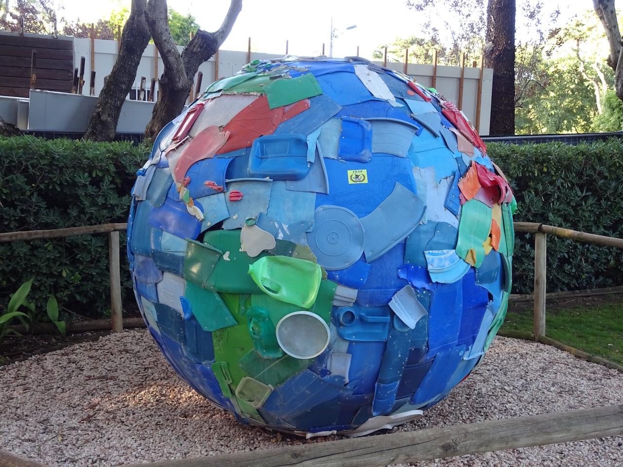 Die Erde - nachgestaltet aus angeschwemmten Plastikmüll aus dem Atlantik