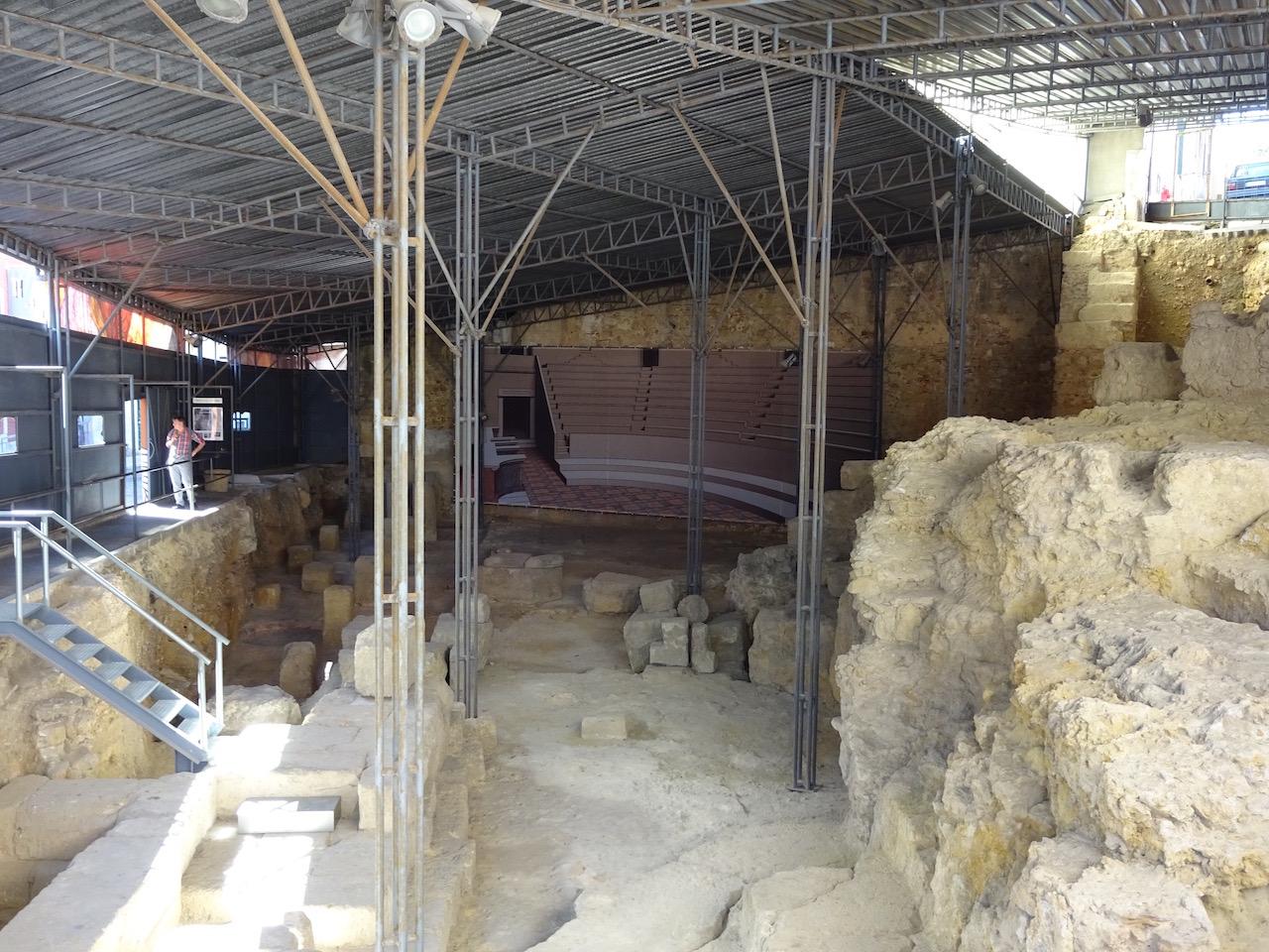Teatro Romano, ein altes römisches Theater welches bei Ausgrabungen in der Stadt entdeckt wurde