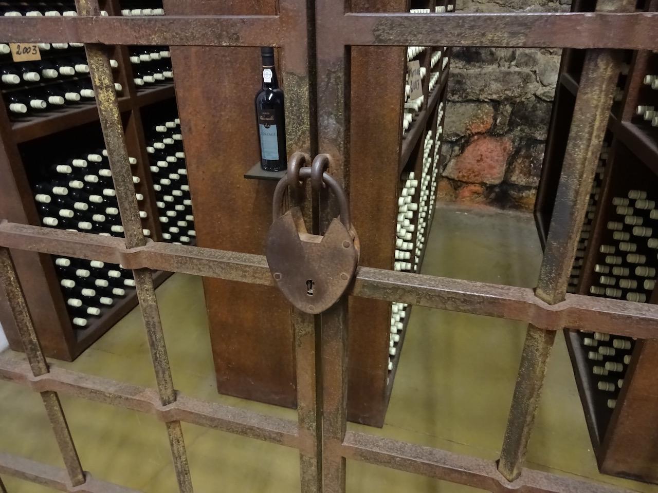 hinter Schloss und Riegel lagert der seltene Vintage Portweine bei der weiteren Reifung in der Flasche