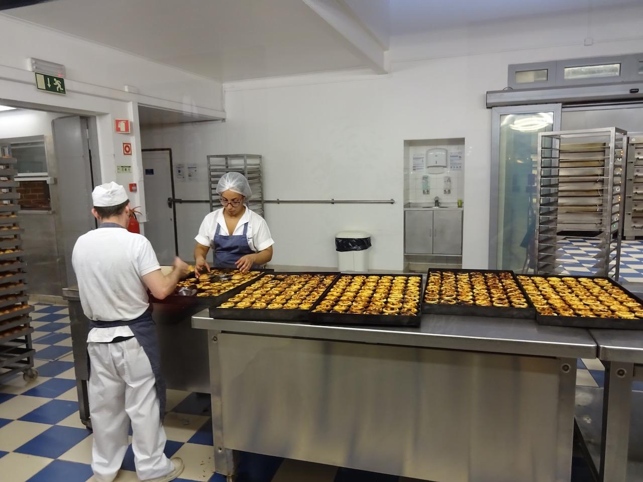 in Belem nennt man die Pastells de Nata nun Pastells de Belem, hergestellt nach einem geheimen Rezept der alten Mönche aus dem Kloster