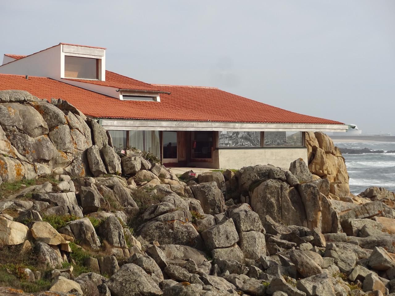 ein Sterne Restaurant in die Felsen eingebunden - die Architekten haben schon sehr eigenartige Ideen