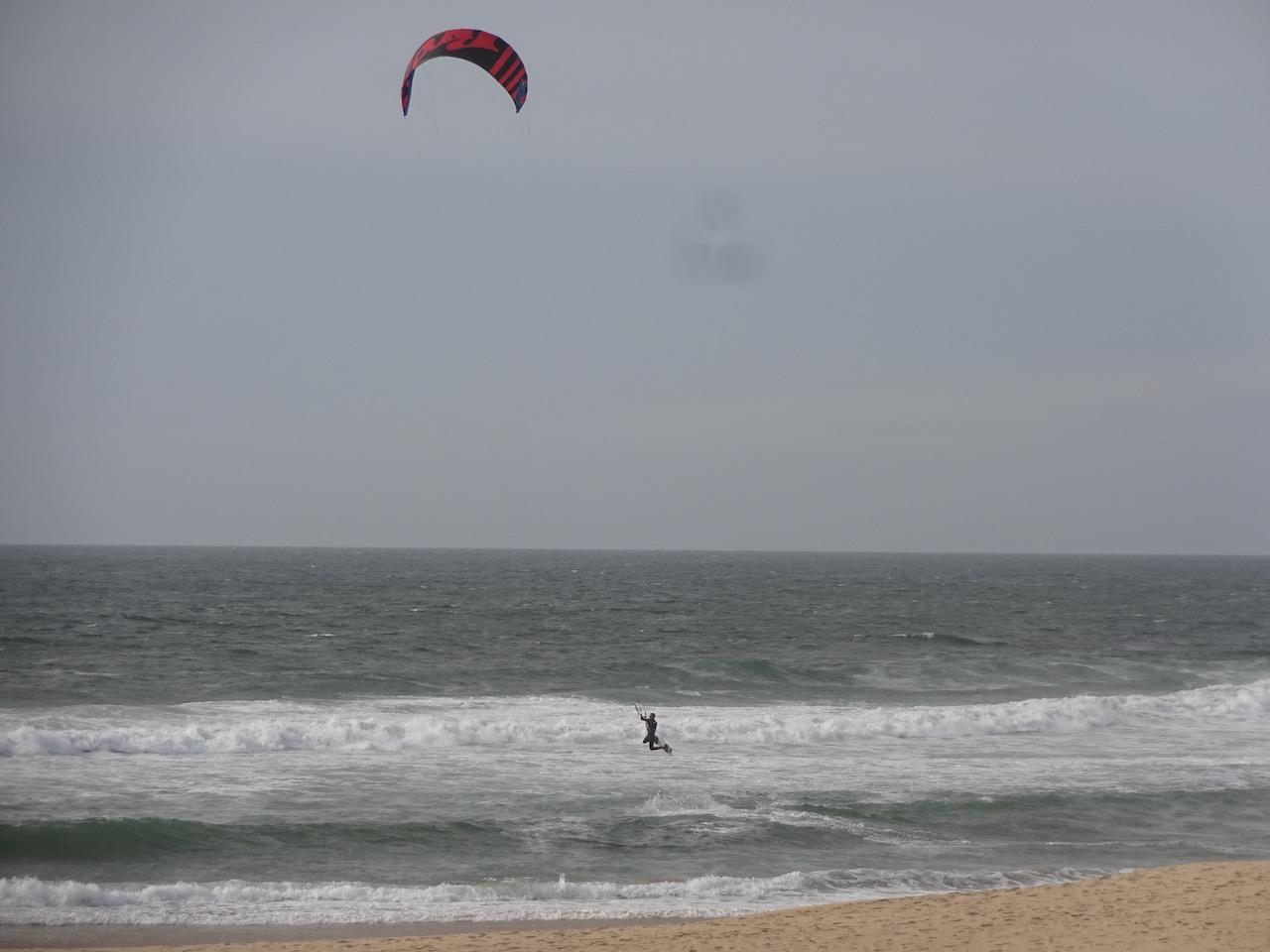 ein Kiter am Strand