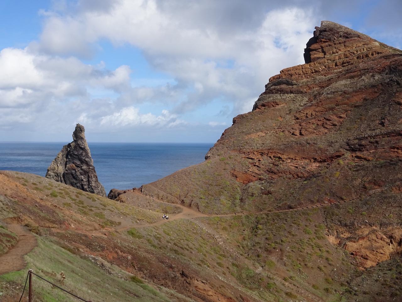 karge Felsenküste im Osten der Insel