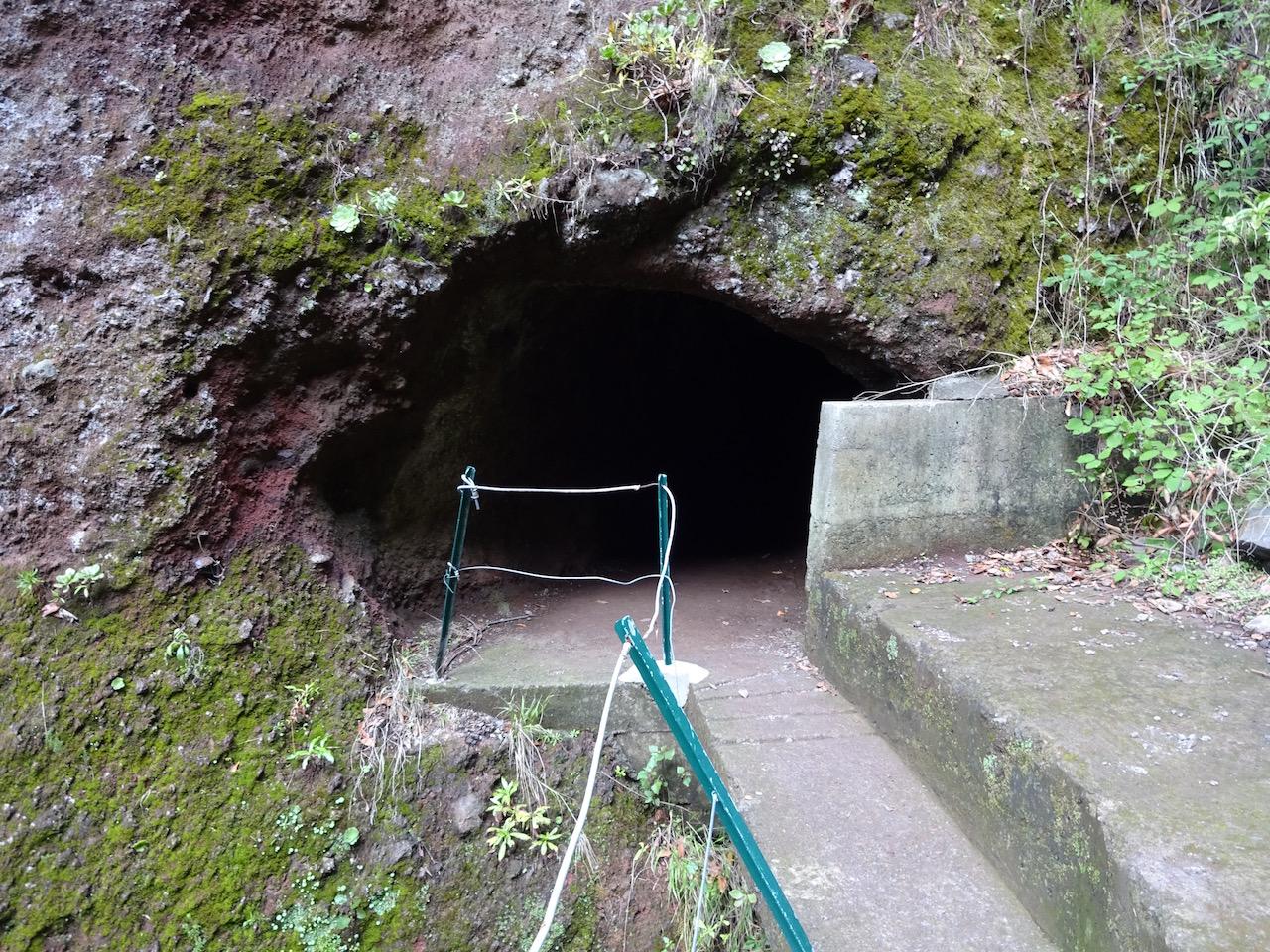 und dann geht es in einen 200 Meter langen Tunnel