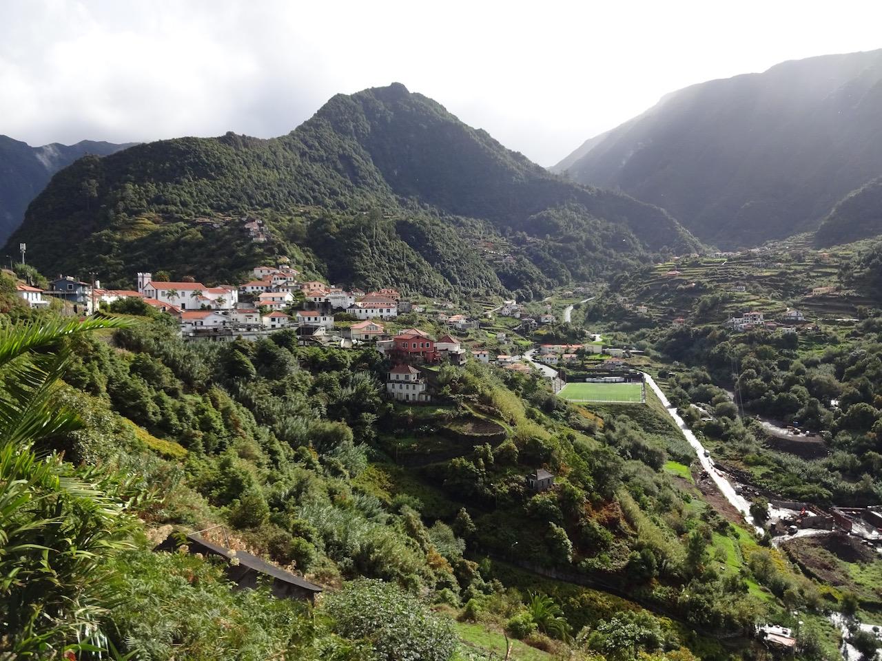 Blick auf ein Bergdorf
