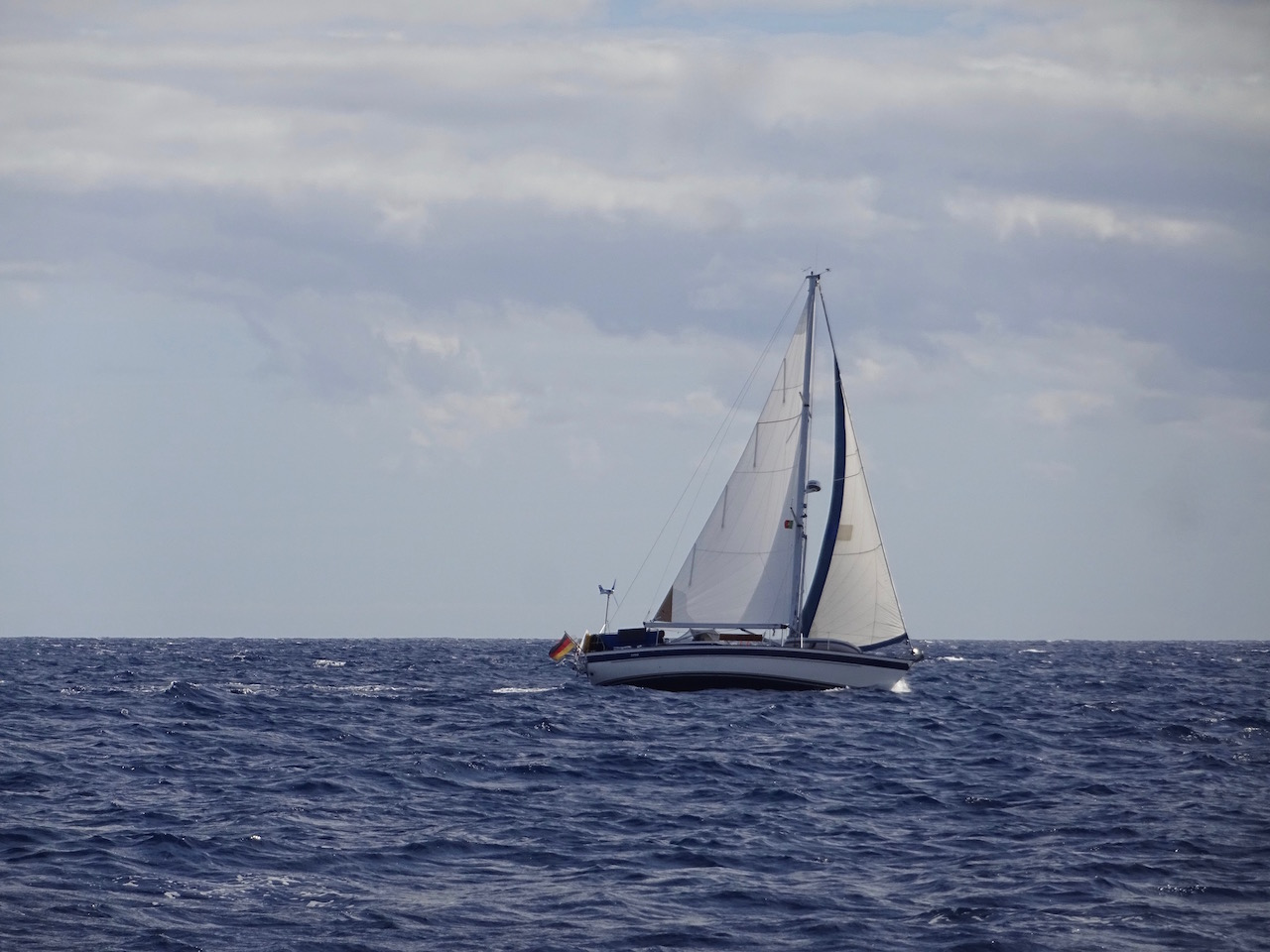 wie Zwillinge rauschen unsere beiden Schiffe durch den Atlantik